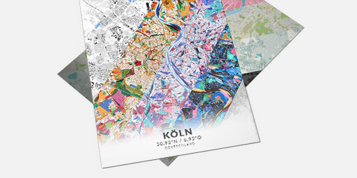 Zwei Stadtplan-Poster in verschiedenen Stilen